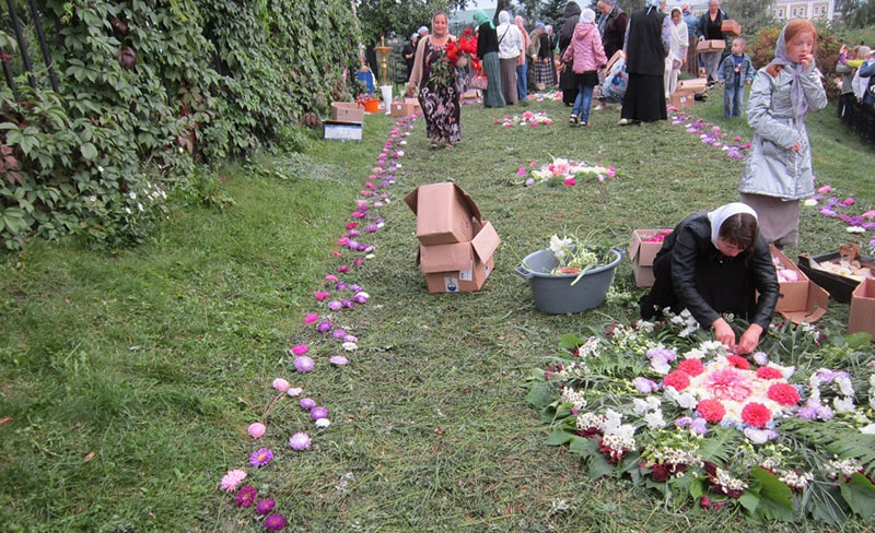 Люди украшают канавку Царицы Небесной на праздник