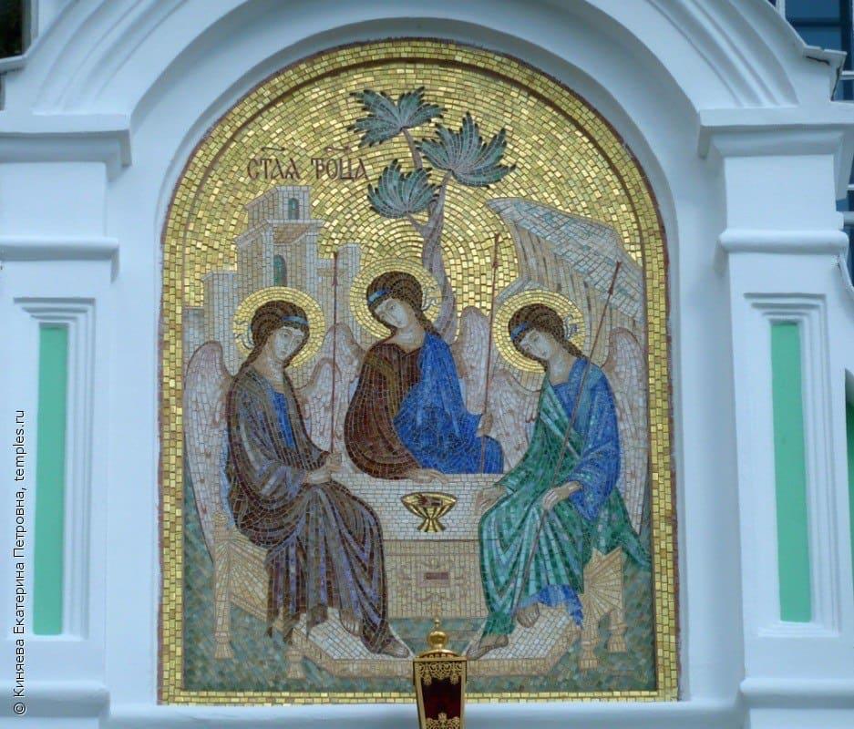 мозаика над входом в Троицкий собор
