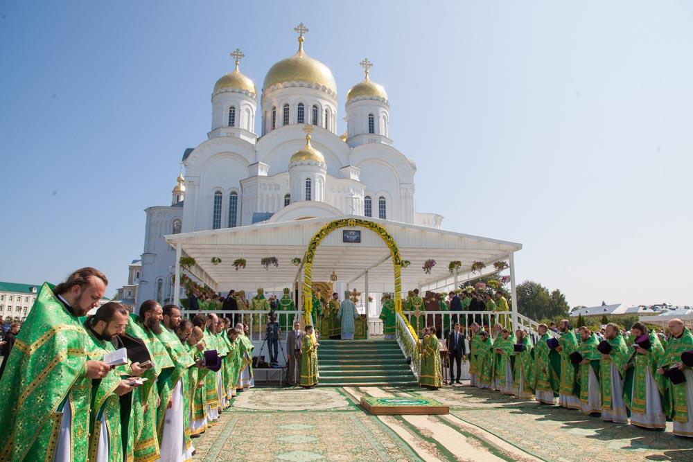 сонм духовенства на празднование Серафима Саровского
